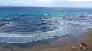 חופי תל אביב כל כך נקיים ויפים ברוב ימות השנה. חבל ועצוב שמרגע שמתחילים הגשמים חוזרת שוב ושוב התופעה של מים מצחינים הזורמים לחוף הרחצה ומשם לים התיכון. מעבר לאי הנוחות של אכילה או נפישה ליד מפגע כזה מדובר גם בסכנה בריאותית. במים אלו נמצאו בעבר פתוגניים מסוכנים המזוהים אם ביוב אנושי. חשיפה להם עלולה לגרום לחום גבוה ושלשול קשה במיוחד אצל ילדים וקשישים הנמצאים בקבוצת סיכון גבוה יותר.